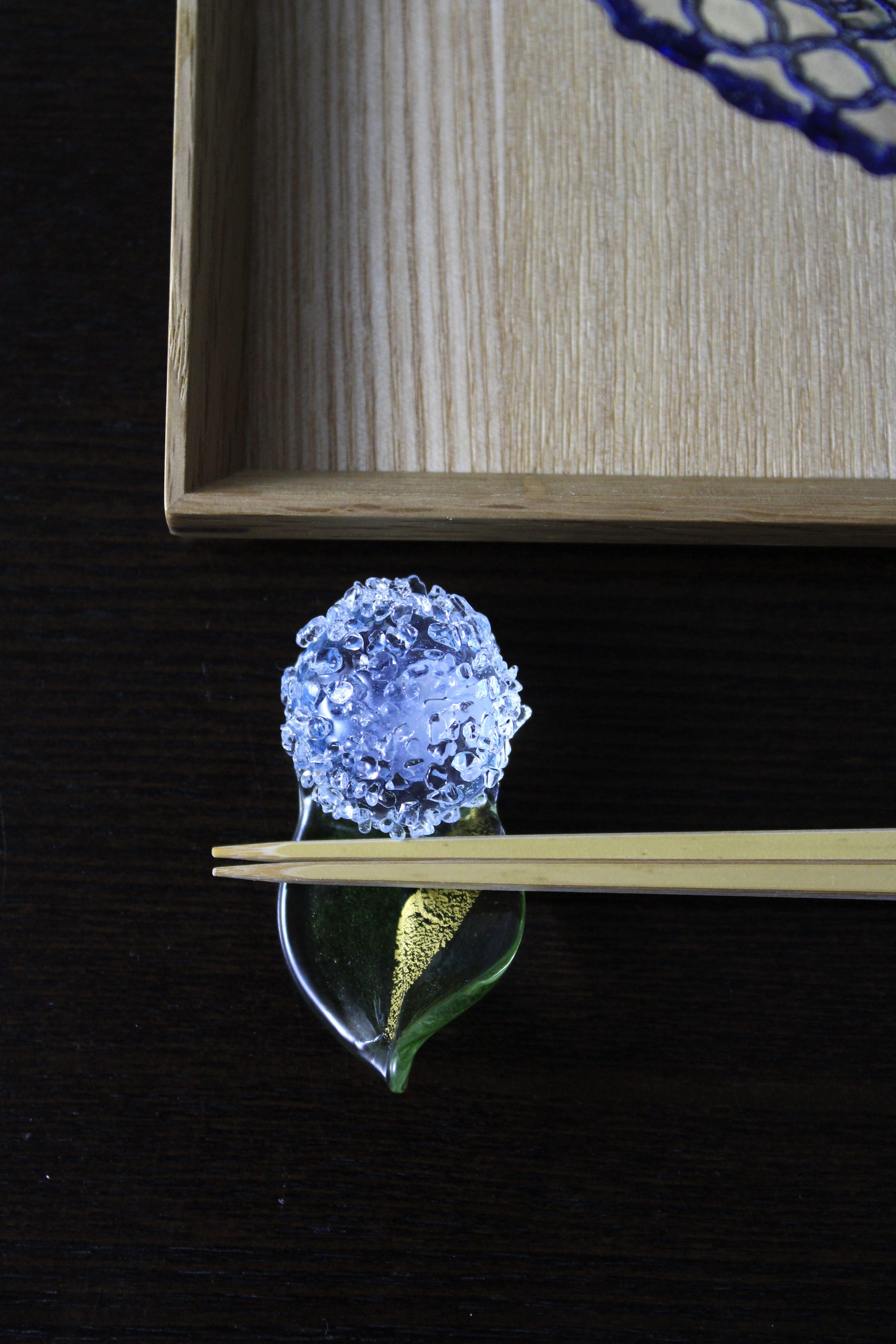 写真②紫陽花のガラスの箸置き