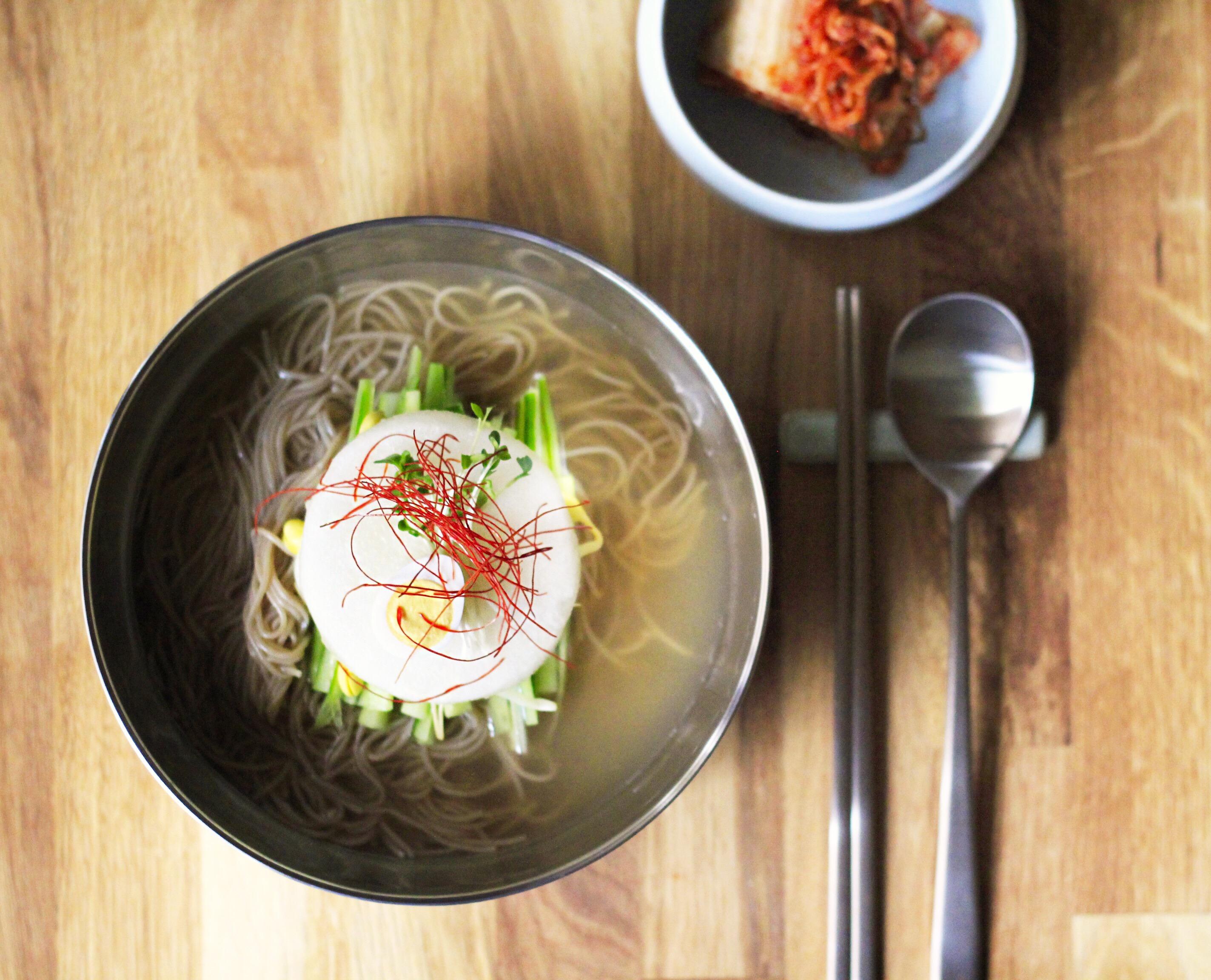 韓国冷麺を盛り付け②