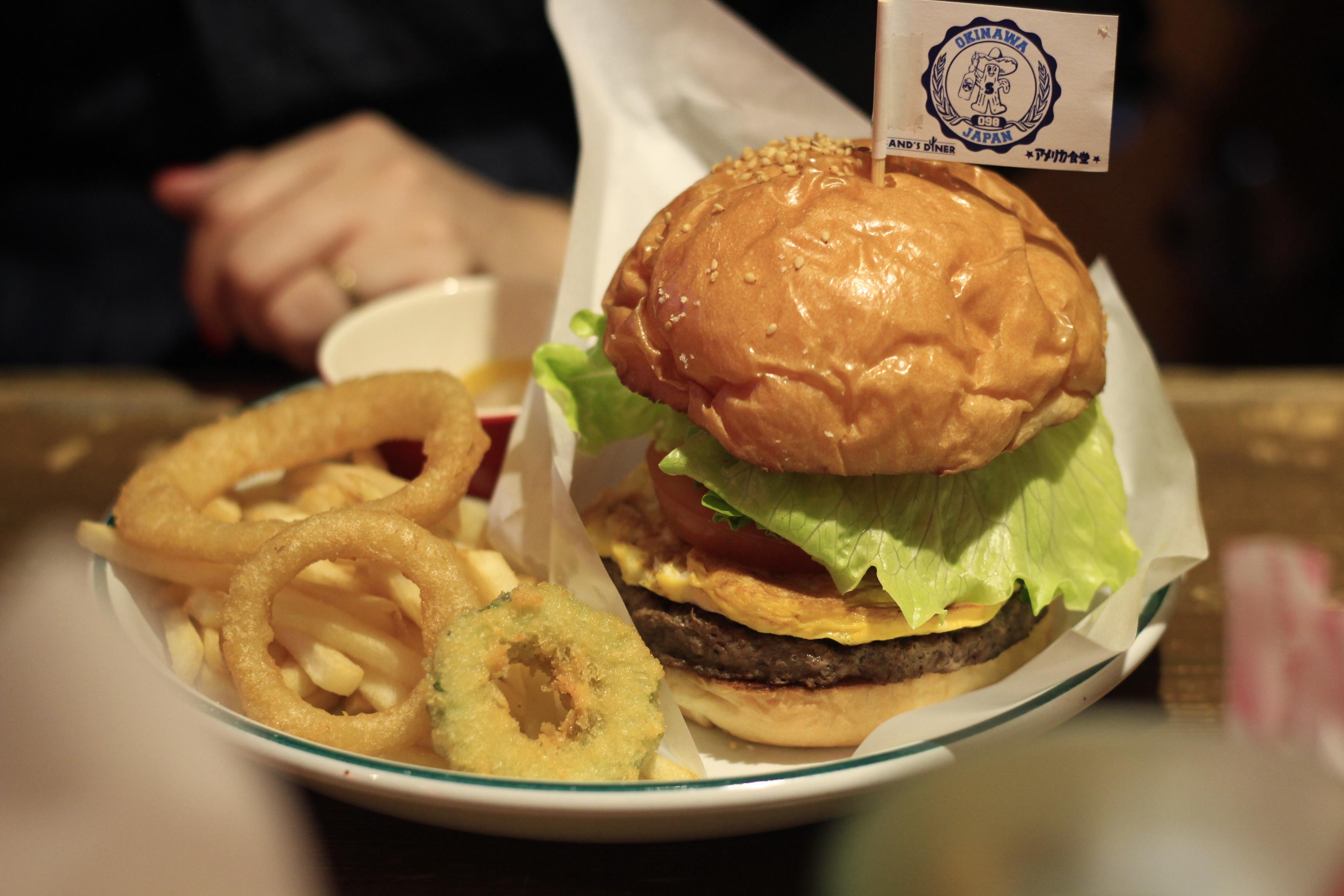 国際通り・牧志駅近くのハンバーガーショップ「アメリカ食堂」.