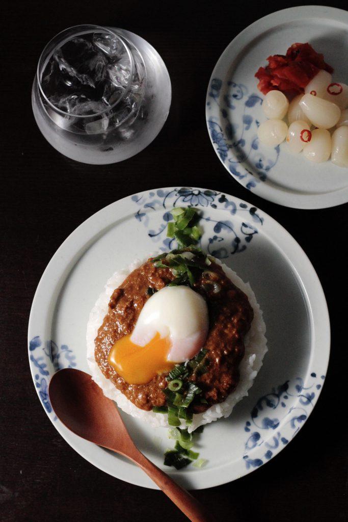 和皿でレトルトカレー