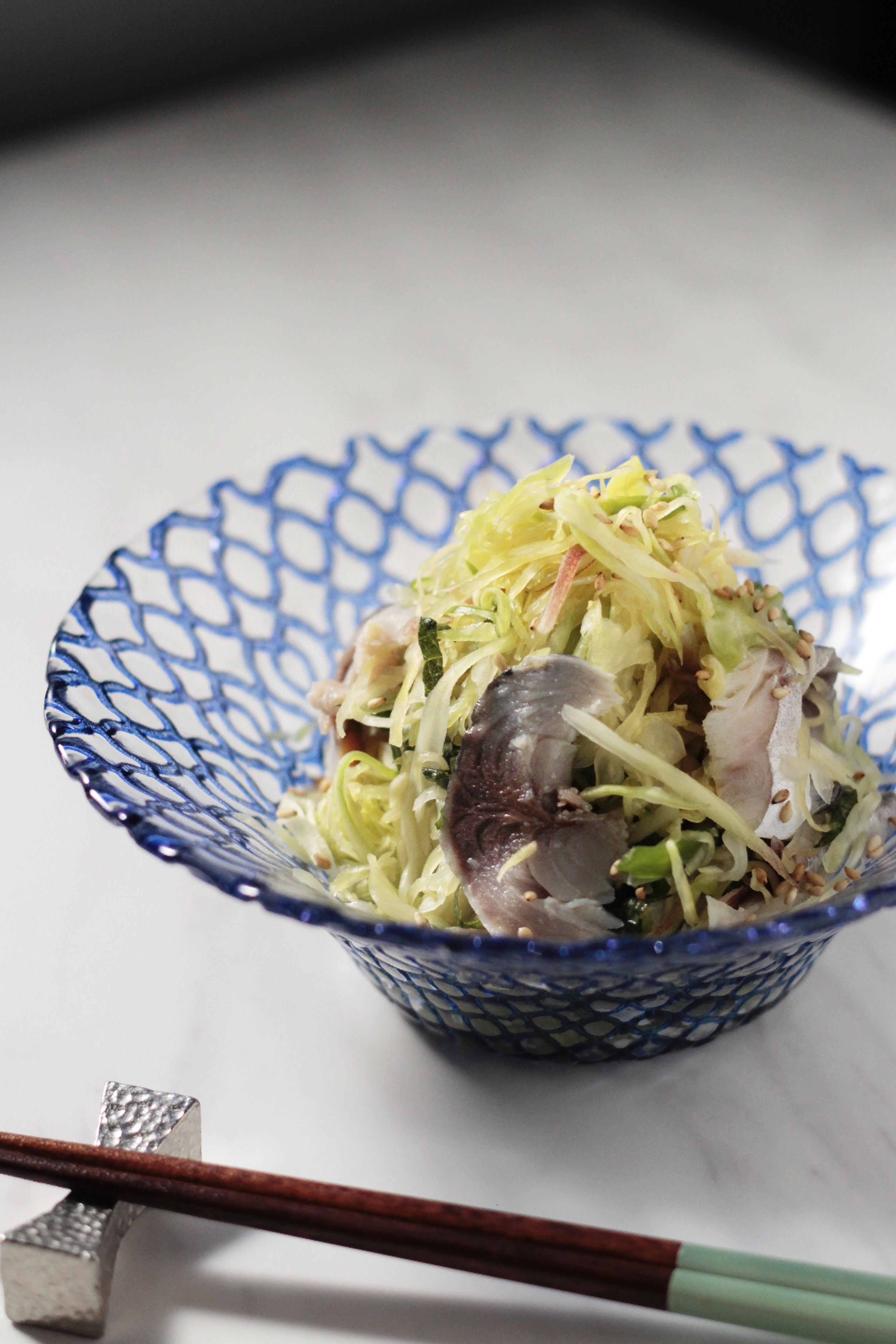 キャベツとしめ鯖の塩揉みサラダ